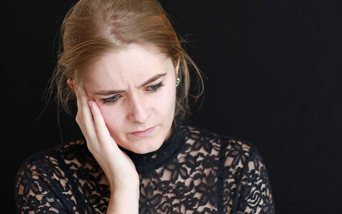 Woman experiencing tinnitus pain needing tinnitus therapy.